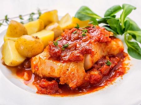 Печена риба хек плакия с лук, моркови, домати и чесън на фурна - снимка на рецептата